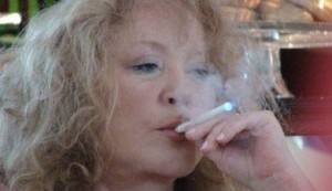 Алла Пугачева курит электронную сигарету